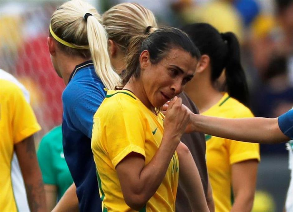 Entre lágrimas, Marta aceptó el cariño de compañeras, rivales y aficionados. (Foto: EFE)