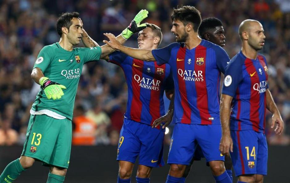 Los jugadores felicitan a Bravo tras el penal atajado. (Foto: EFE)