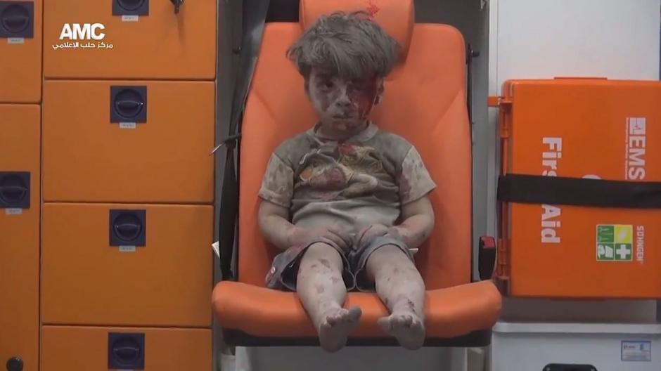 La imagen del menor que sobrevivió pone el foco de mira en el conflicto de nuevo. (Foto: EFE)