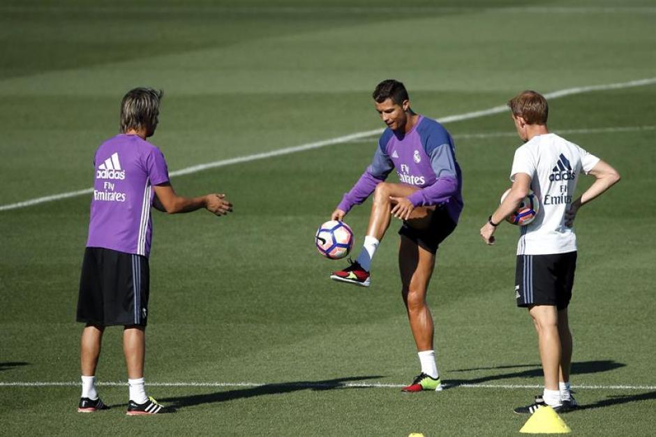 Cristiano Ronaldo, durante un ejercicio con Coentrao.(Foto: AFP)