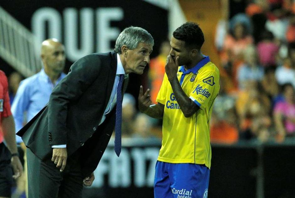 Jonathan Viera, el más talentoso, en una conversación con Setién (Foto: EFE)