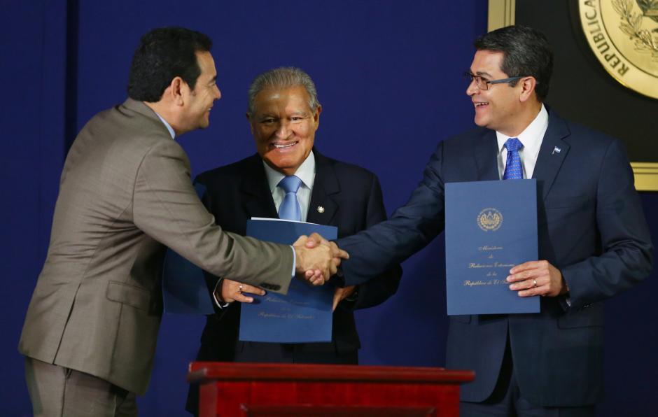 Los tres mandatarios expresaron su satisfacción sobre el momento. (Foto: EFE)