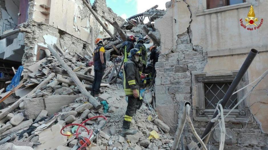 Las autoridades informaron que la cifra de muertos ascenderá porque todavía hay gente bajo los escombros. (Foto: EFE)