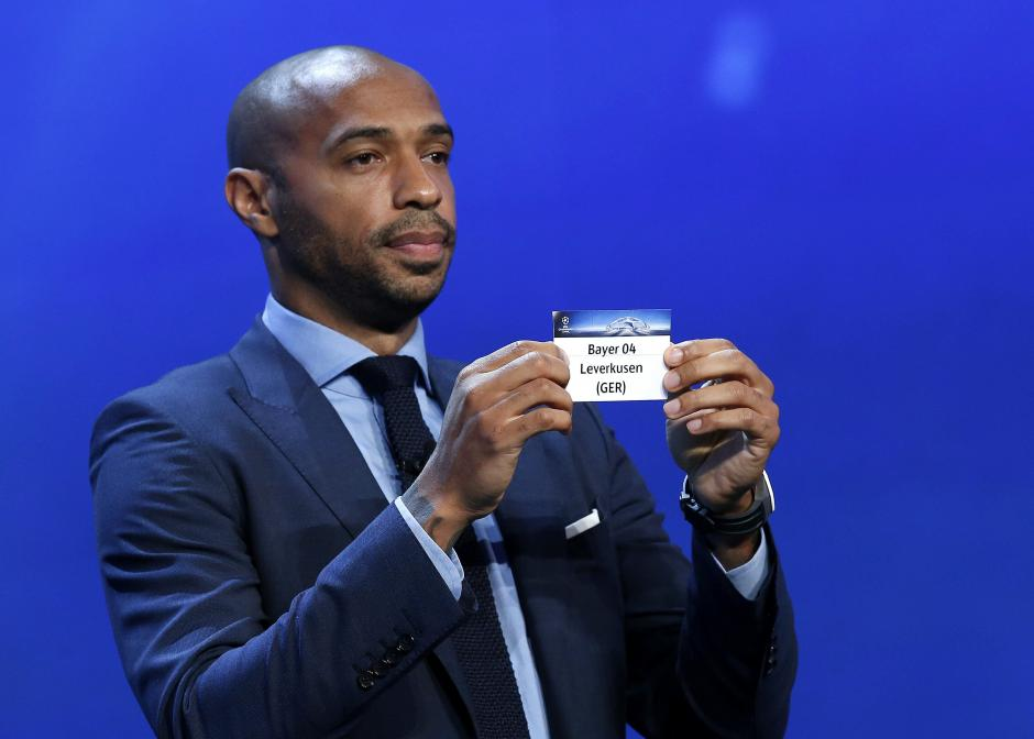 El ex jugador francés Thierry Henry muestra la papeleta del Bayer Leverkusen durante el sorteo. (Foto: EFE)