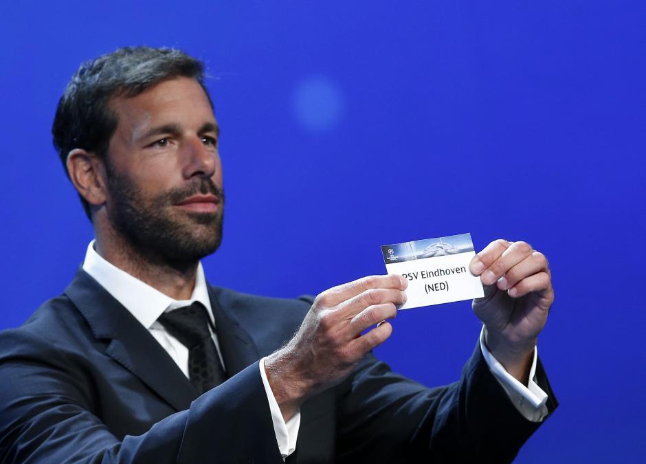Ruud van Nistelrooy muestra el nombre del PSV Eindhoven. (Foto: EFE)