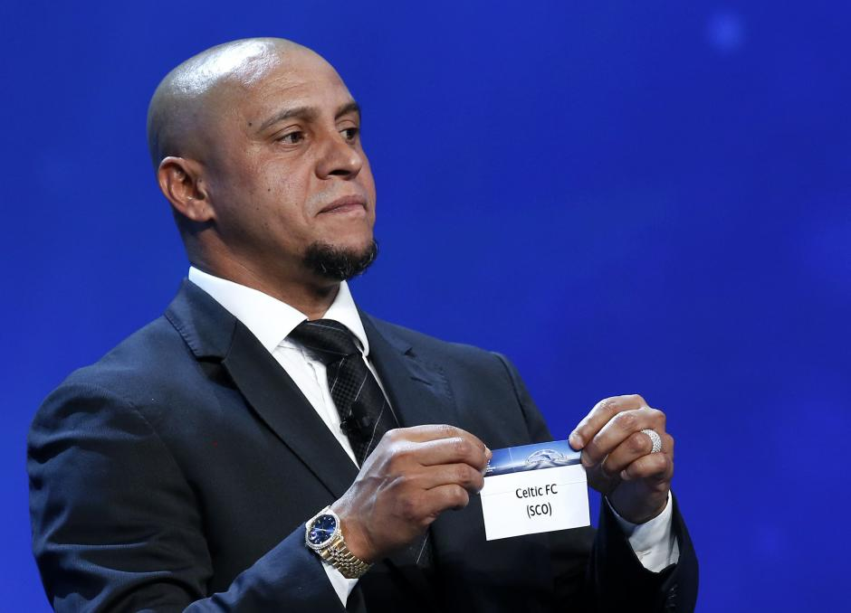 Roberto Carlos muestra el nombre del club escocés Celtic FC luego de cambiar el primer balón que había elegido. (Foto: EFE)