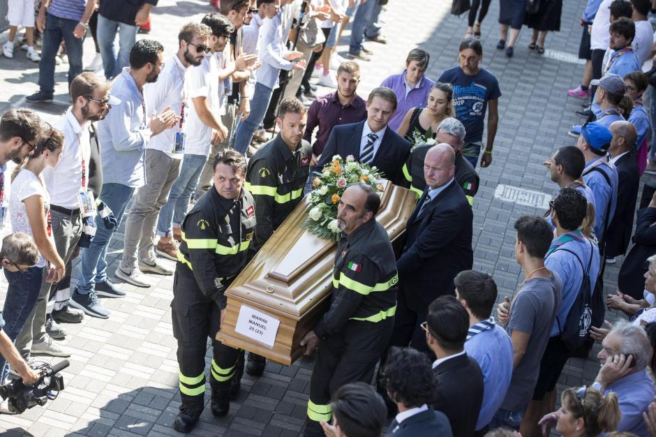 Ya comenzaron los funerales de Estado con los restos que fueron sacados de los escombros. (Foto: EFE)