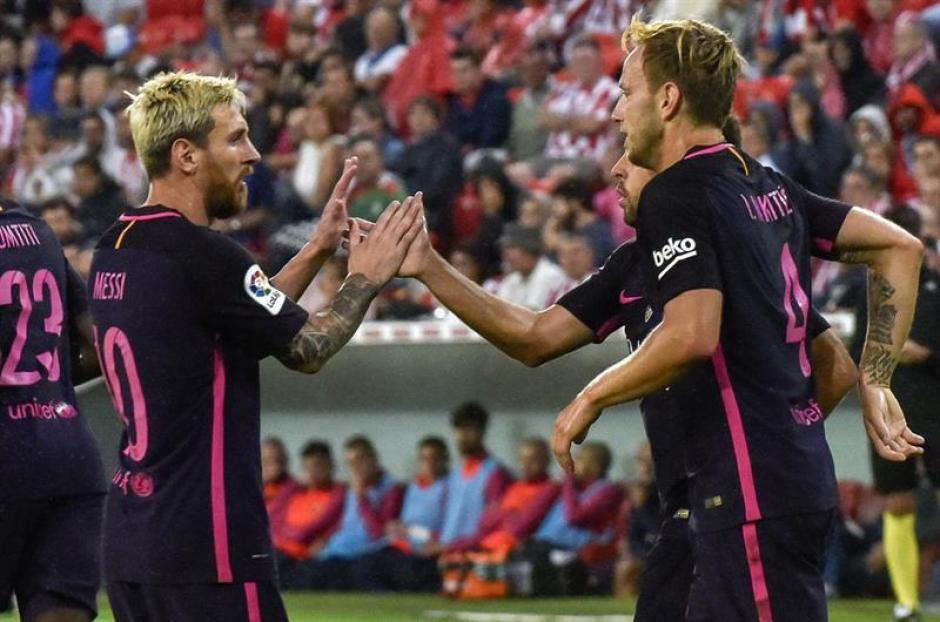 Messi felicita al croata tras su buen gol. (Foto: EFE)