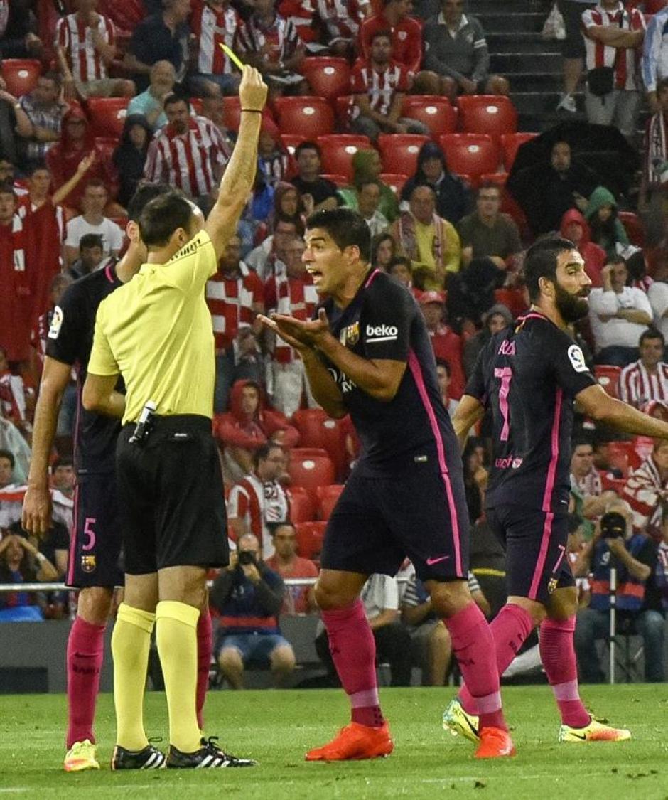 El uruguayo, con amarilla, insultó al árbitro, que no lo escuchó. (Foto: EFE)