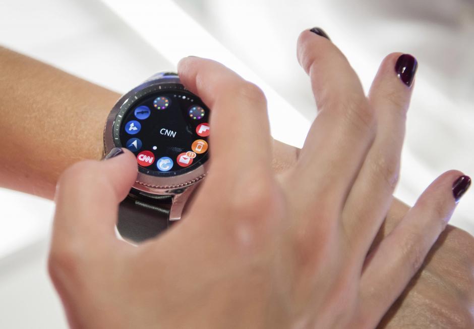 Una empleada de la compañía Samsung presenta el nuevo reloj Samsung Gear 3 en la gran feria europea de la tecnología, IFA, en Berlín, Alemania. (Foto: EFE/Gregor Fischer)