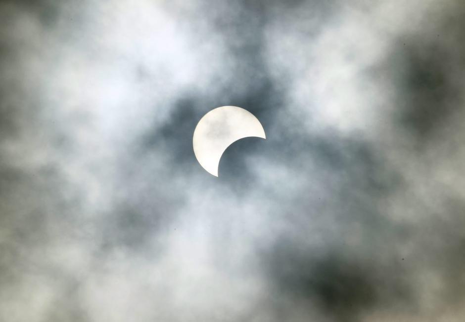 El eclipse de sol le dio la bienvenida a septiembre. (Foto: EFE/Legnan Koula)