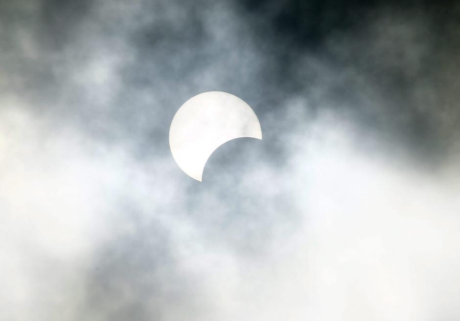 Parte de un eclipse solar es visto desde Abiyán, Costa de Marfil. (Foto: EFE/Legnan Koula)