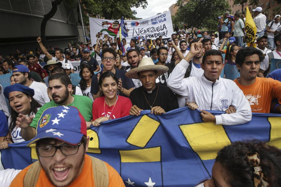 En la manifestación asistieron también religiosos. (Foto: EFE)