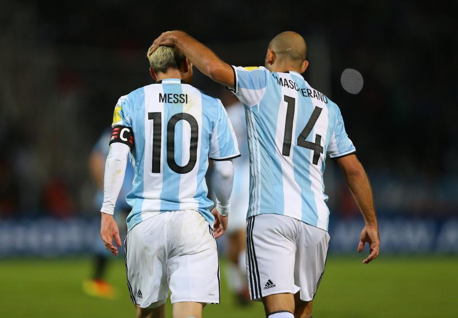 Los también jugadores del Barcelona celebran el gol. (Foto: EFE)