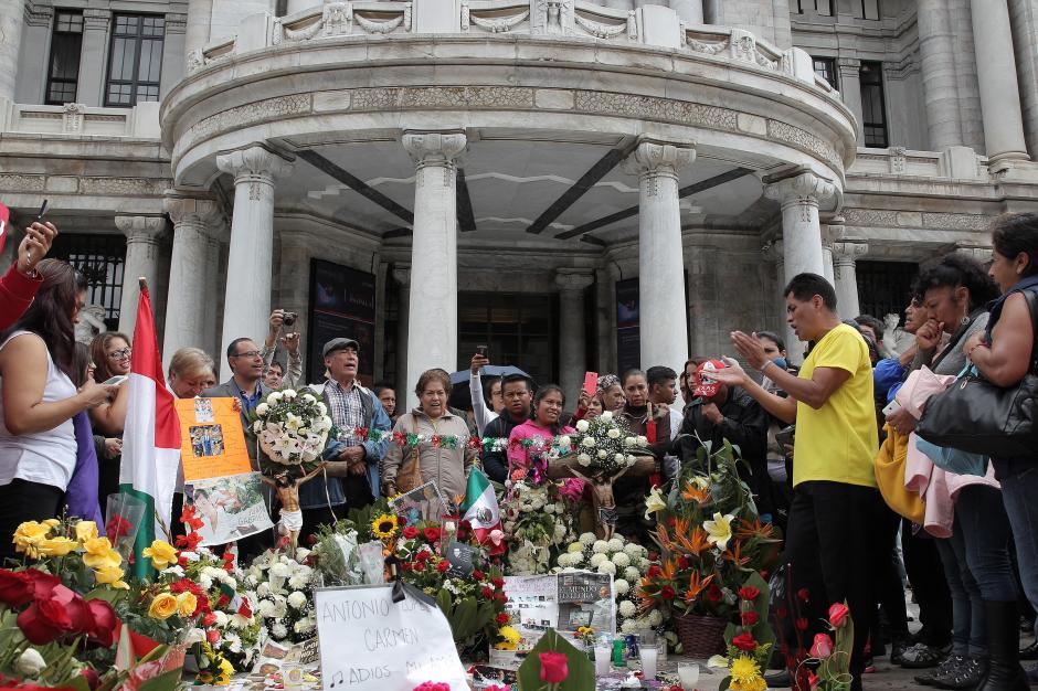 Varios admiradores de Juan Gabriel ya se encuentran fuera del Palacio de Bellas Artes. (Foto: EFE)