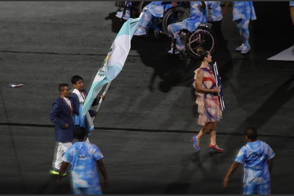 Óscar Raxón portó la bandera de Guatemala en la inaguración de los Juegos Paralímpicos 2016. (Foto: EFE)