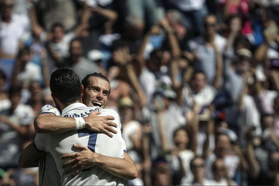 Emotivo abrazo entre Bale y Cristiano después del gol. (Foto: EFE)