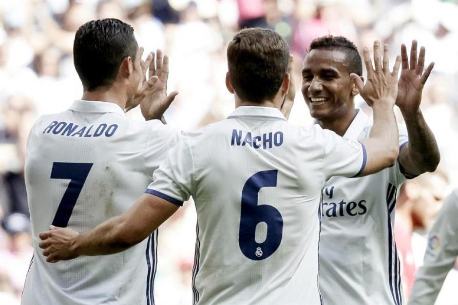 Los jugadores merengues celebraron la goleada y el liderato. (Foto: EFE)