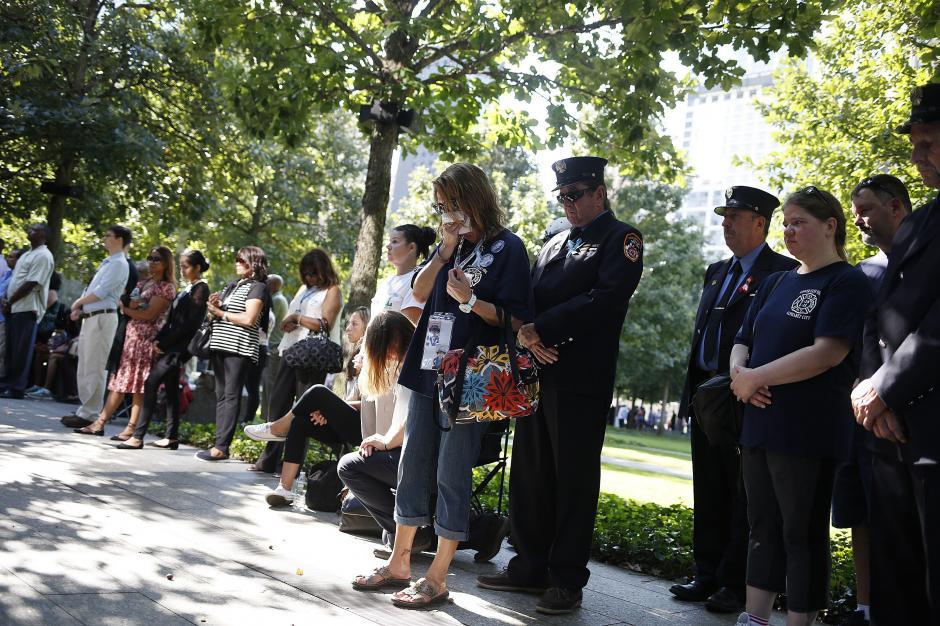 Amigos y familiares de las víctimas participan en las ceremonias de homenaje. (Foto: EFE)
