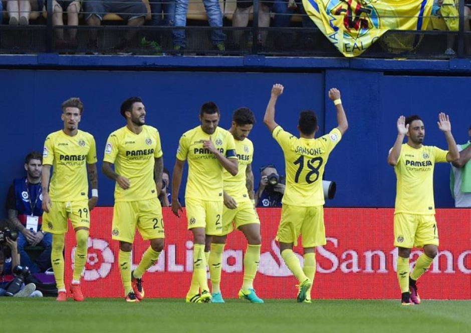 Nicola Sansone (18) celebra su gol desde media cancha. (Foto: EFE)