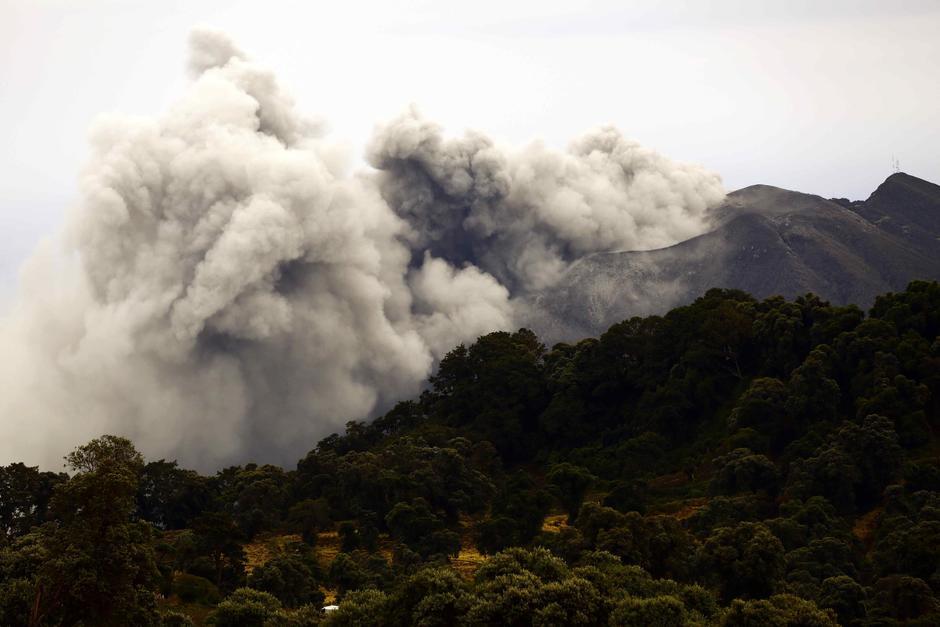 La nube de ceniza se elevó a más de 4000 metros.  (Foto: EFE)