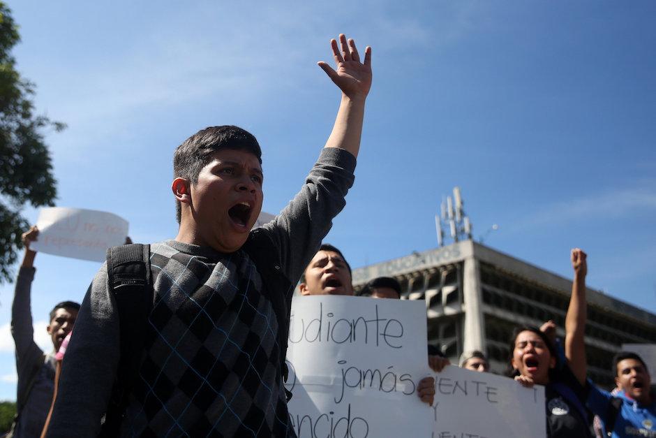 Estudiantes de la Universidad San Carlos marchan para desconocer a las autoridades de la AEU. (Foto: EFE/Esteban Biba)
