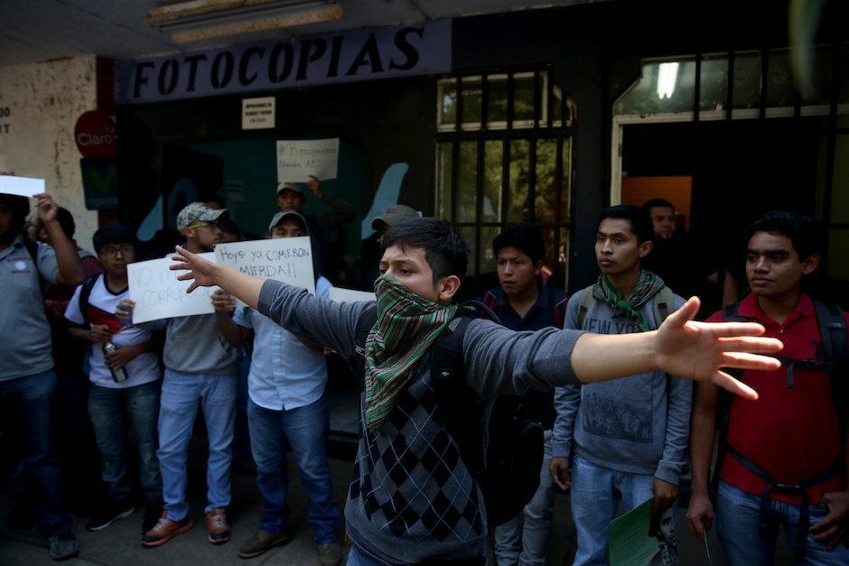 Frente a las instalaciones de la AEU exigieron que se convoque a elecciones. (Foto: EFE/Esteban Biba)