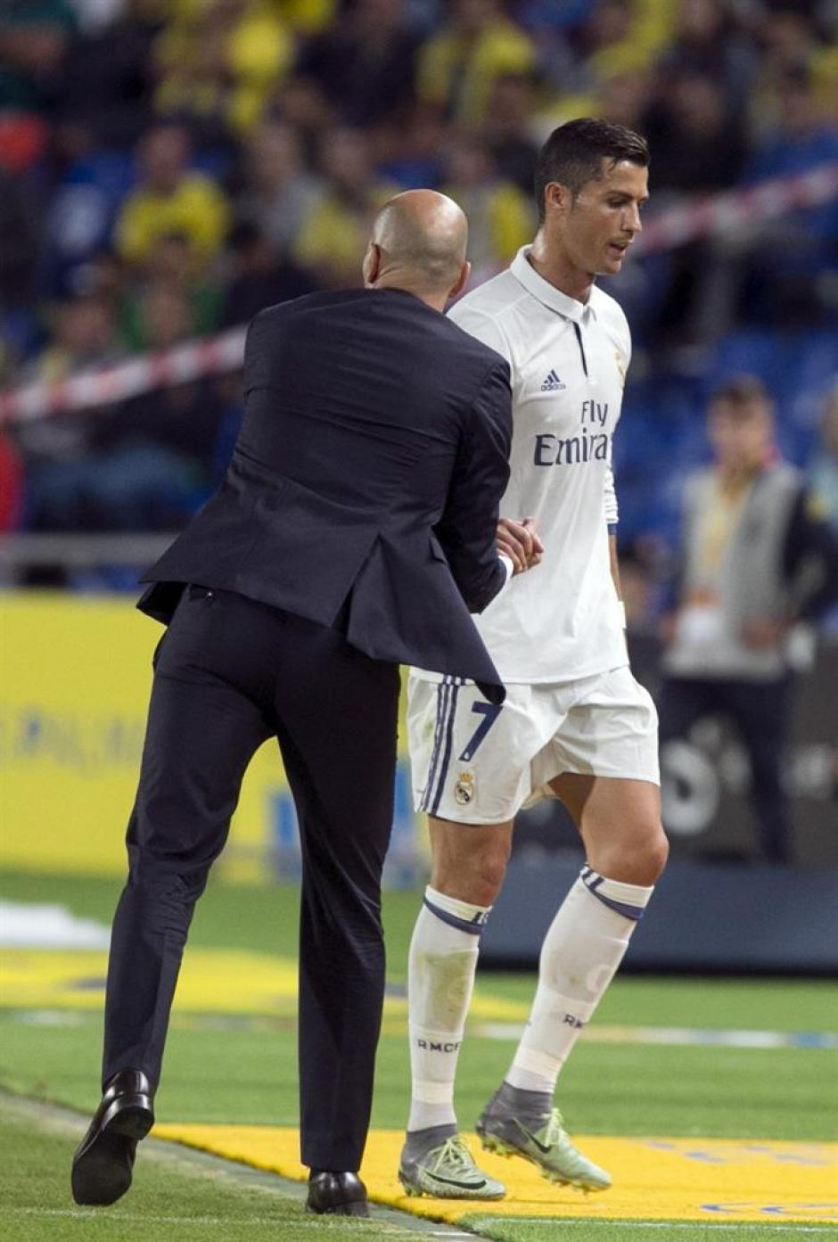 Cristiano mostró su enfado por salir de cambio. (Foto: AFP)