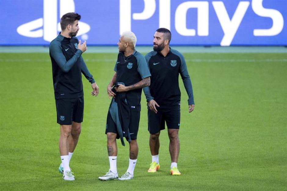 Piqué conversa con Neymar y Arda en el césped del Borussia Park. (Foto: AFP)
