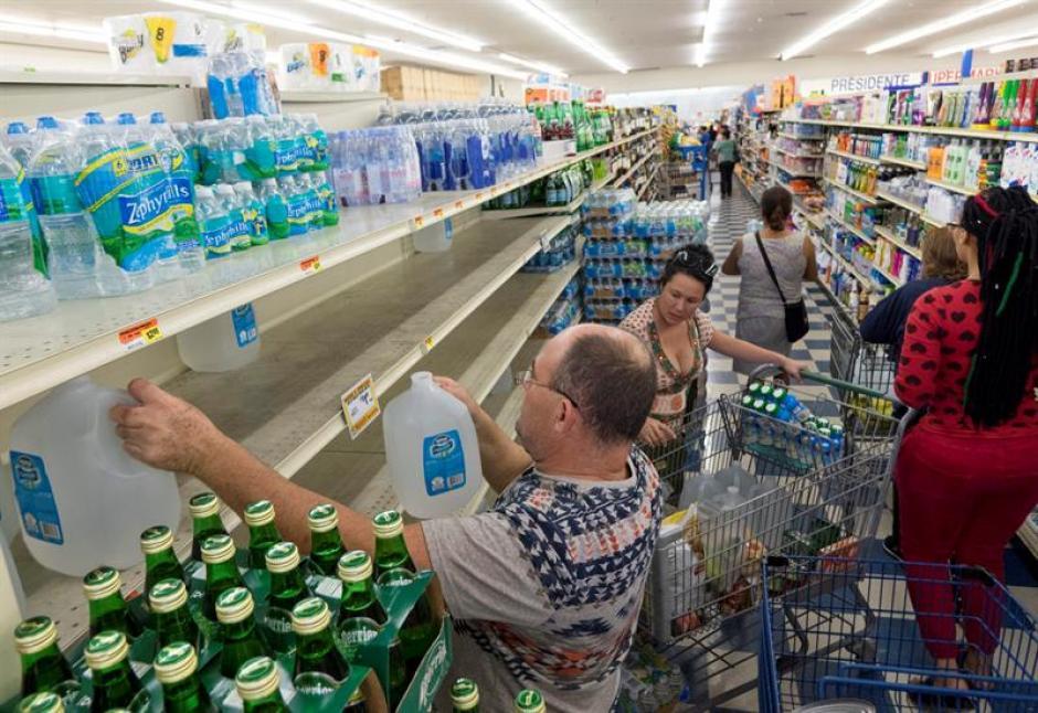 Los estadounidenses se preparan para el impacto del huracán Matthew. (Foto: EFE)