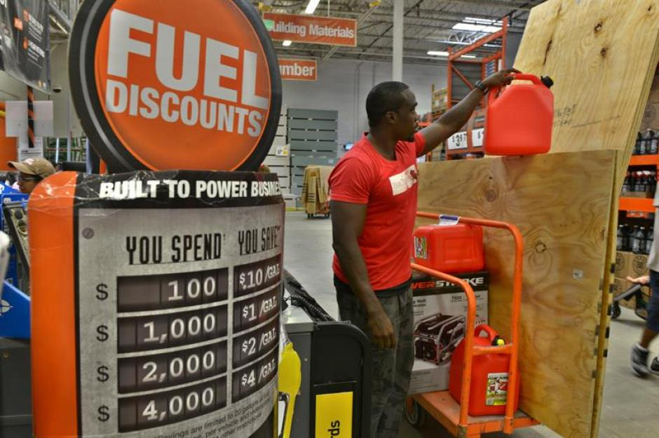 En las gasolineras, hay largas filas para llenar el tanque de combustible. (Foto: EFE)