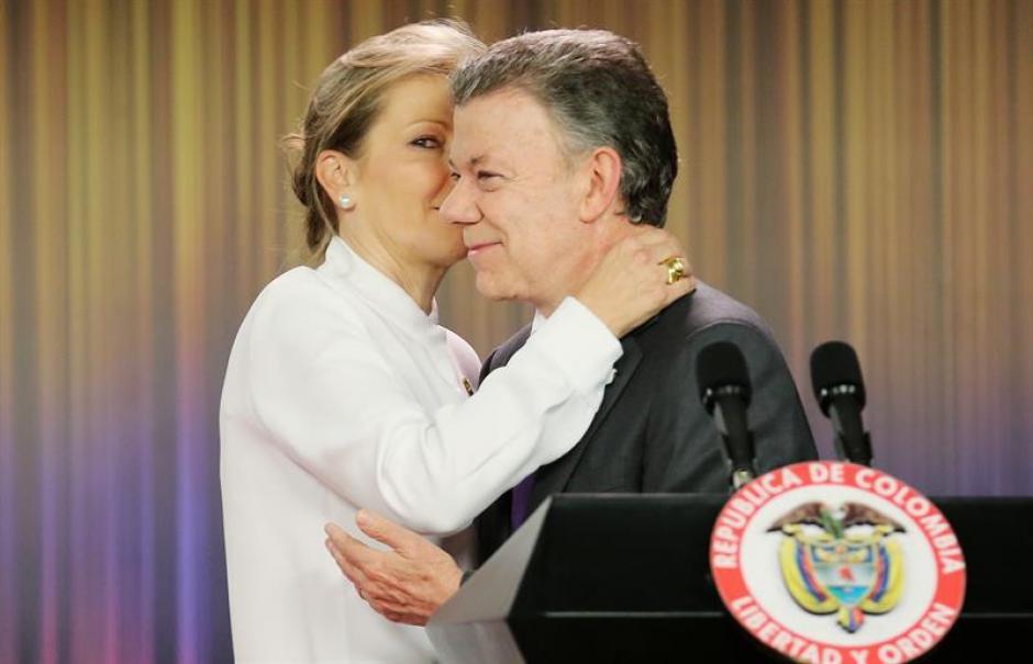 El presidente de Colombia, Juan Manuel Santos abraza a su esposa, María Clemencia Rodríguez. (Foto: EFE)