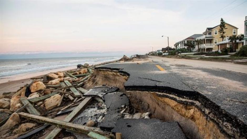 El fenómeno tropical también causó centenares de daños en viviendas e infraestructura vial. (Foto: EFE)
