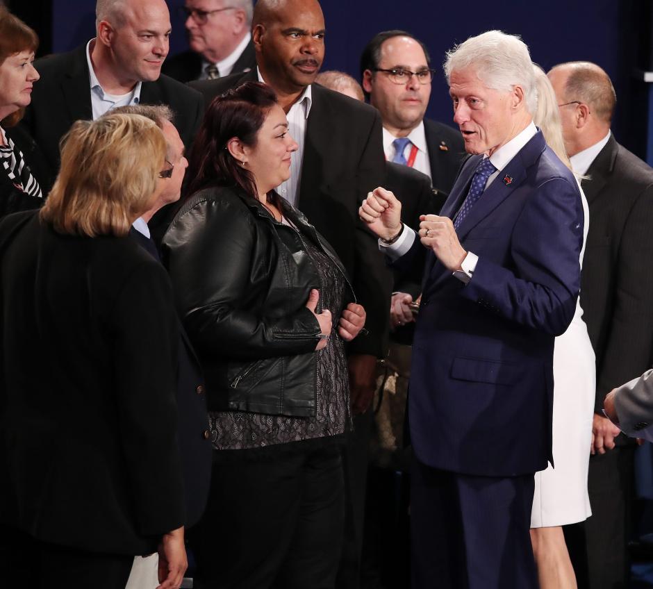 El esposo de Hillary, el expresidente Bill Clinton, estuvo en el debate. (Foto. EFE)