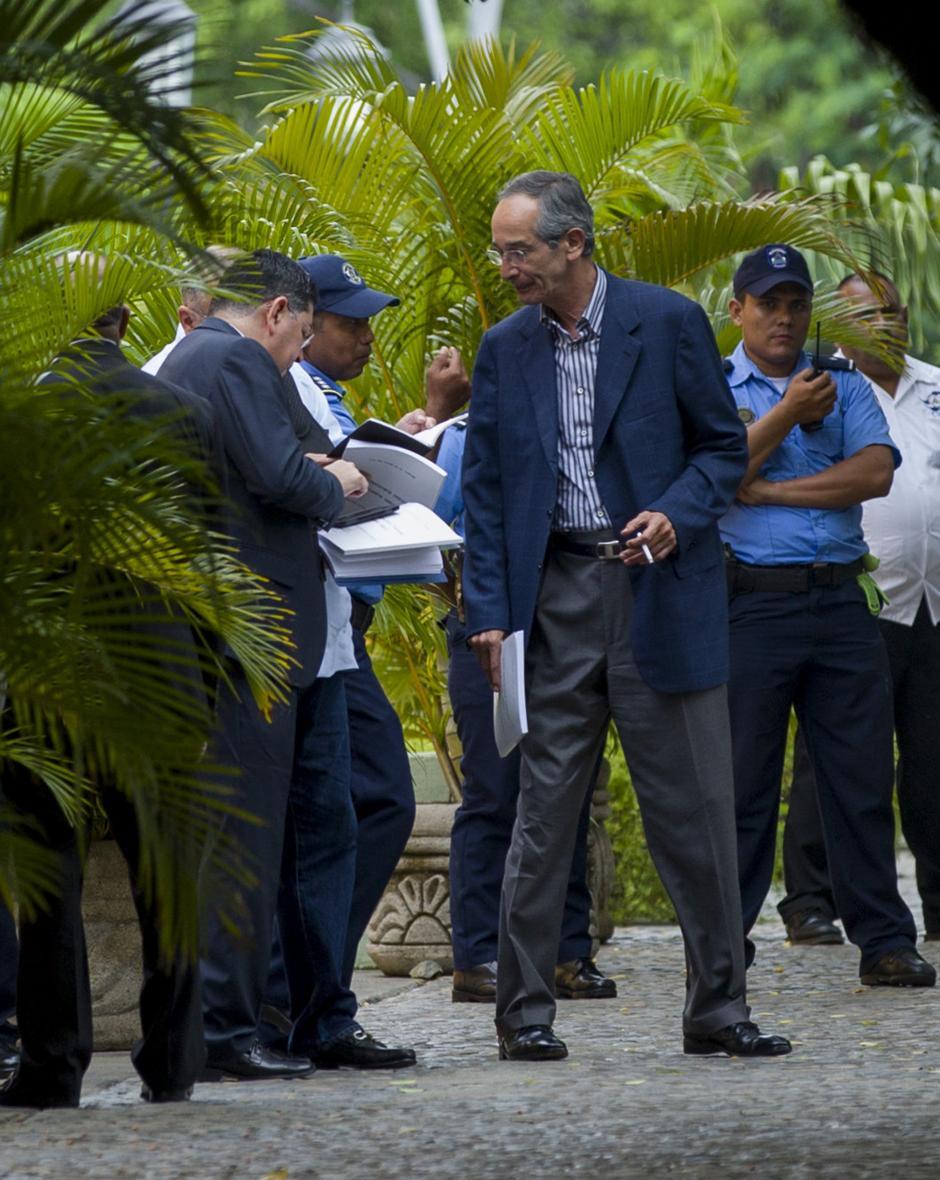 El expresidente Álvaro Colom saliendo de la Cancillería de Nicaragua. (Foto: EFE)