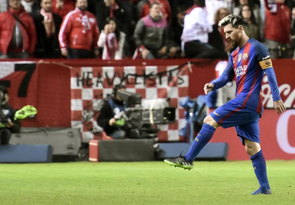 Messi terminó tirando el botín al suelo, lo que pudo haberle costado la expulsión. (Foto: EFE)
