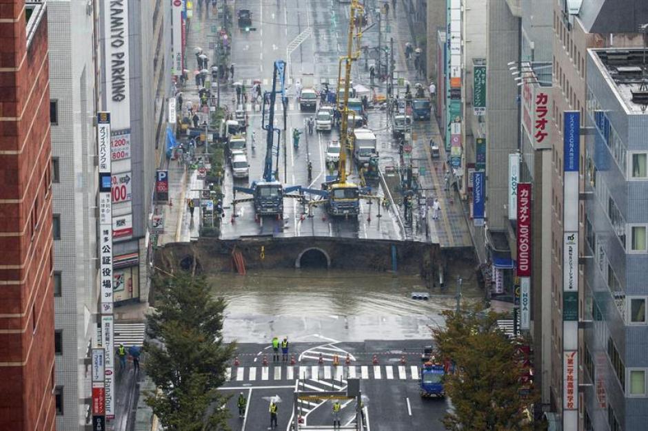 Posteriormente, la lluvia llenó el agujero. (Foto: EFE)