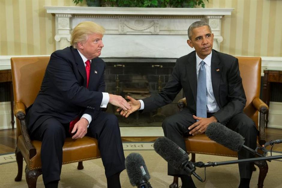 Así se saludaron ambos en la Casa Blanca. (Foto: EFE)