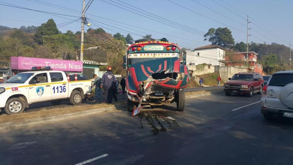 Los heridos en el percance vial fueron llevados al Hospital Nacional de Antigua Guatemala. (Foto: Bomberos Municipales Departamentales)