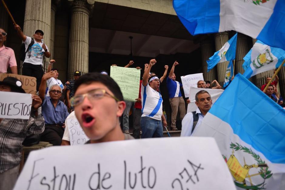 Guatemaltecos se acercaron a la Plaza de la Constitución para recordar las marchas del 27A de 2015. (Foto: Jesús Alfonso/Soy502)