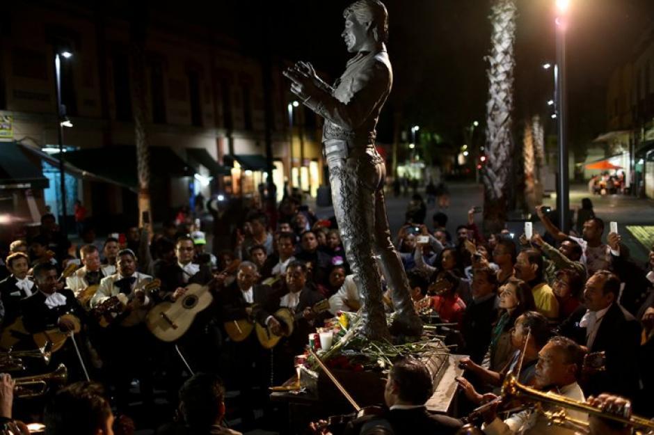Cientos de personas rindieron homenaje a Juan Gabriel en la Plaza Garibaldi. (Foto: EFE)