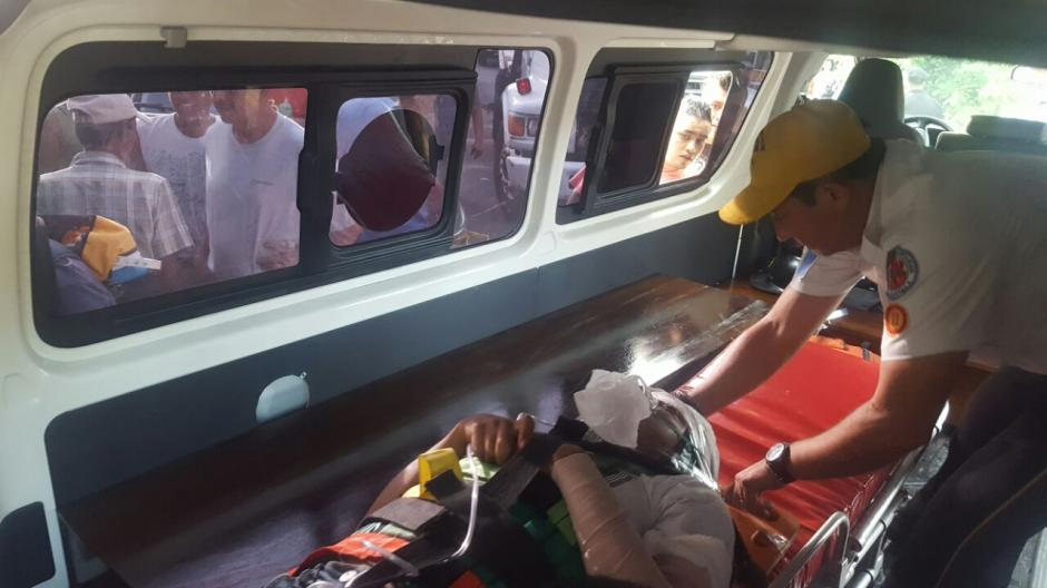 Los bomberos Voluntarios realizaron el traslado de los  mexicanos al hospital de Retalhuleu. (Foto: Cortesía Edwin Guzmán)