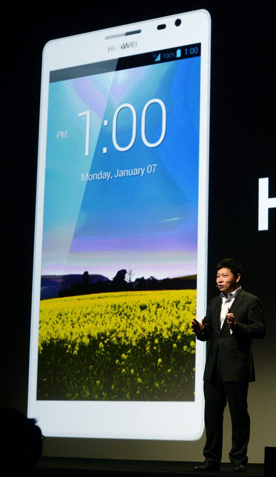 El director ejecutivo de Huawei Consumer Business Group, Richard Yu, habla de las características del nuevo smart phone Huawei Ascend Mate2 4G. La feria CES, albergará 3,200 expositores presentarán sus más recientes productos a cerca de 150,000 asistentes. (Foto: EFE/Michael Nelson)