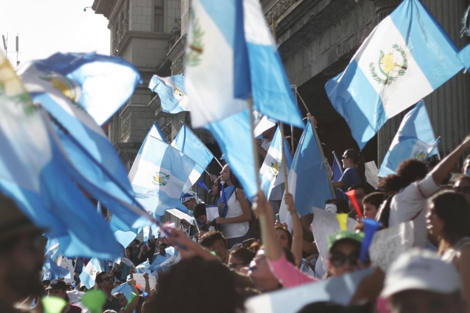 La Plaza se pintó de celeste con las banderas que portaban los ciudadanos que participaron en otra de las manifestaciones. (Foto: José Dávila/Soy502)