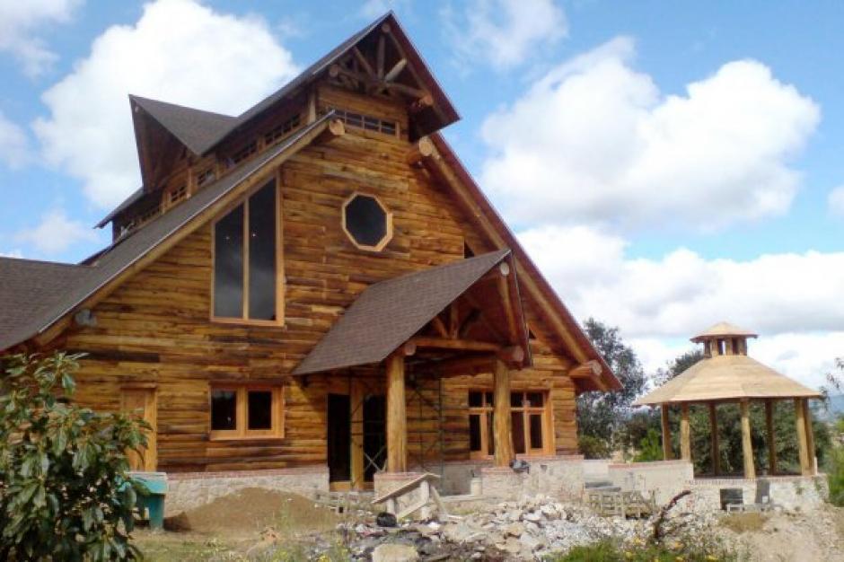 Según elPeriódico, la casa principal es de dos niveles, tiene ático y está construida con madera. (Foto: elPeriódico)