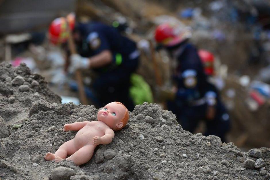Luego de la tragedia, una inocente probablemente no volverá a jugar con su muñeca. (Foto: Soy502/Wilder López)