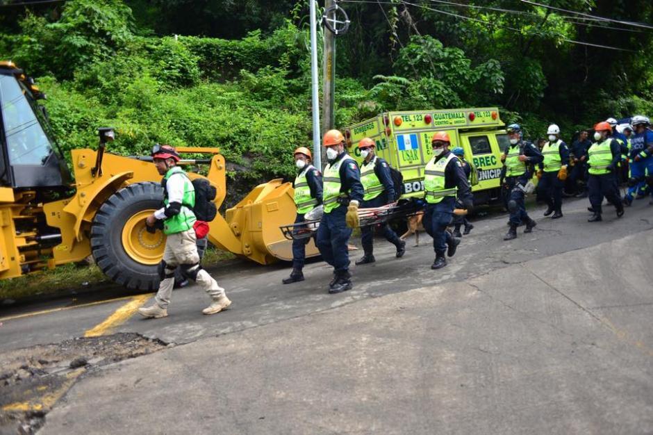 El equipo mexicano de rescate baja al lugar de la tragedia, en El Cambray, Santa Catarina Pinula. (Foto: Soy502/Jesús Alfonso)