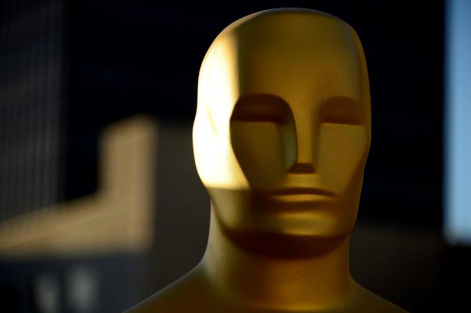 Una estatua de los Oscar es preparada para una capa de pintura (EFE/Paul Buck)
