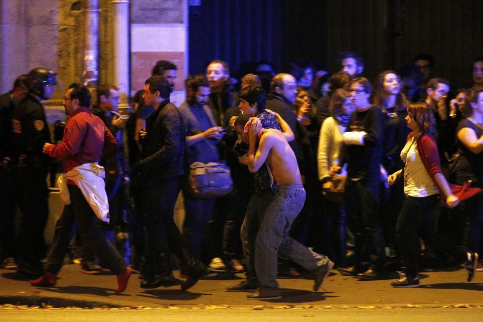 Un herido es evacuado en las cercanías del teatro Bataclán, donde se reporta el fallecimiento de por lo menos 100 personas durante un ataque armado. (Foto: EFE)