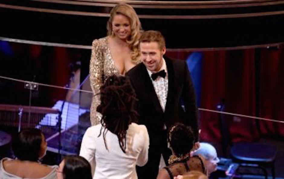 Ryan Gosling fue acompañado por su hermana Mandi. (Foto: analitica.com)